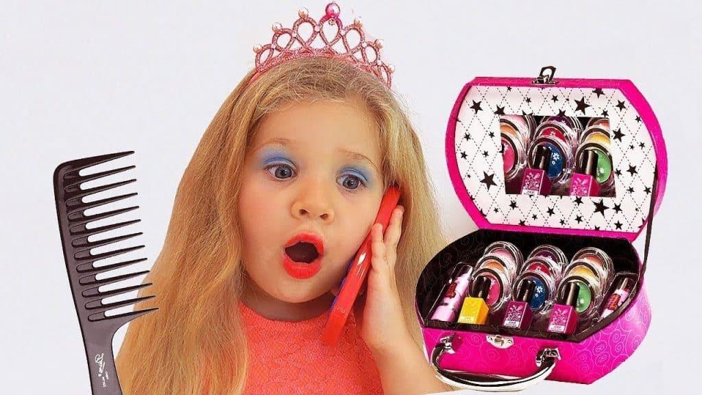 Diana está esperando um amigo, se veste e faz maquiagem