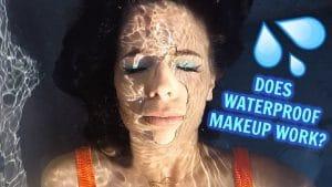 Eu testei uma cara cheia de maquiagem à prova de água na minha piscina!