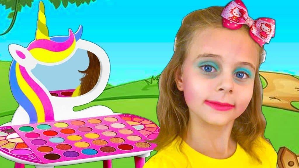 Masha brinca com brinquedos de maquiagem e quer ser bonita
