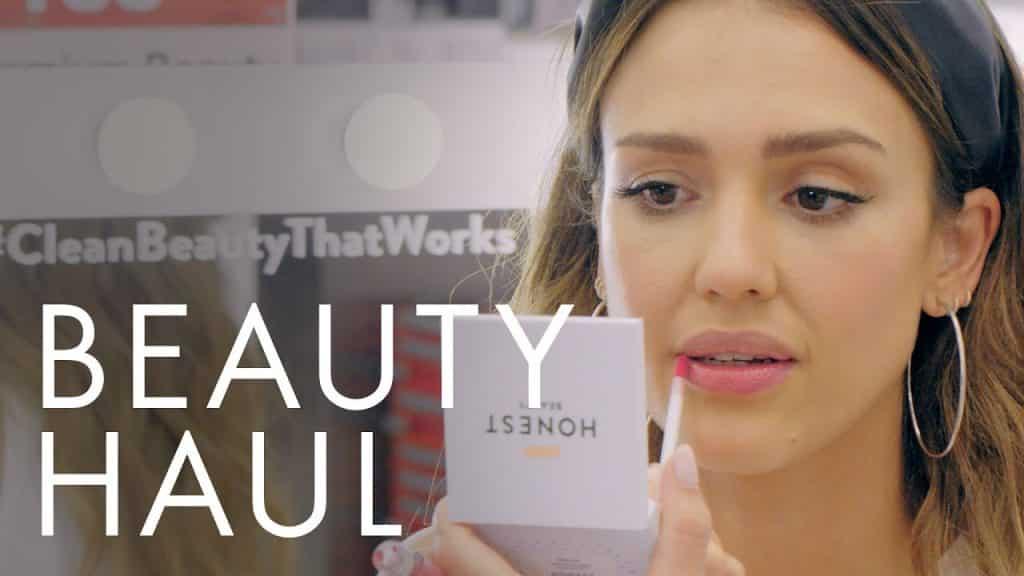 Assista Jessica Alba fazer maquiagem de uma editora de beleza com todos os produtos de beleza honestos   Transporte de beleza   ELLE