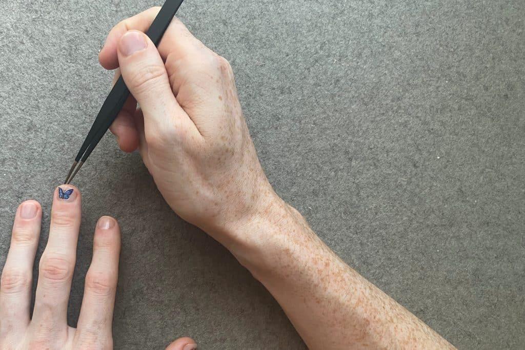 Talvez os adesivos sejam a resposta para roer as unhas constantemente