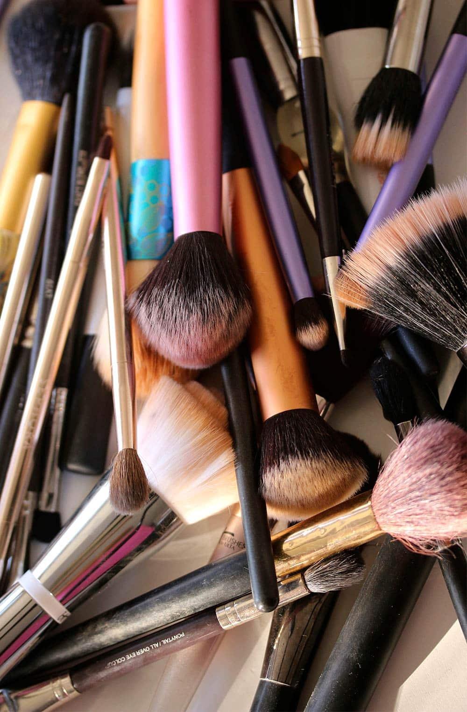 pincéis de maquiagem sujos